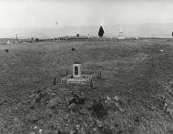 Spioenkop_voorste monument burgers, agterste monumente Britse troepe klein