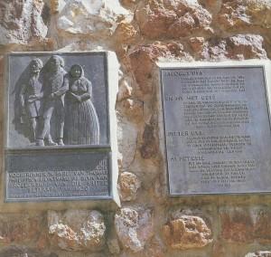 Die Bybelmonument is net buite Grahamstad, op die pad na Cradock, geleë