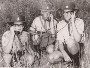 Voortrekkers leer gebruik 'n veldtelefoon tydens 'n spanleierskamp in 1966.