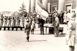 Voortrekkers oorhandig die landsvlag aan generaal Hertzog op 30 September 1931.