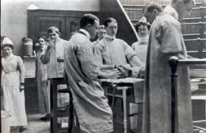 Louis Leipoldt in 1902 in die Mediese Skool van Guy's Hosital in Londen waar hy as dokter opgelei is. Hy is die student wat aan die flessie ruik en na die kamera se kant kyk.
