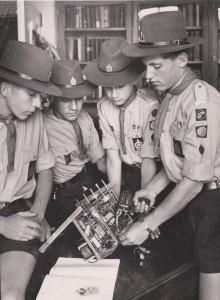 Voortrekkers besig met radiowerk. Hulle bou 'n opvangstoestel, 1963.