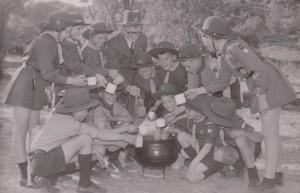 Voortrekkers drink koffie saam Ds J.H. Venter, Kommendant van Bloemfontein-Noord Kommando - 31 Aug 1959