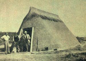 Figuur 1. Een van Puntjie se kapstylhuise. Let op die geronde ent. Uit: J. Walton, Homes of the Trekboers: the vernacular architecture of South Africa, Lantern, 11(1), Julie-September 1961, p. 9.