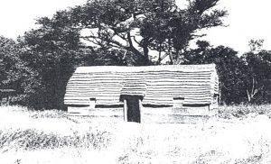 Figuur 1. 'n Bootvormige hartbeeshuis waarvan die mure binne en buite gepleister is. (Eksperimentele rekonstruksie in die Voortrekkeraanvangsnedersetting van die Schoemansdal Museum, Louis Trichardt, Noord-Transvaal, 1989). Foto: D. de Wit, 1989.