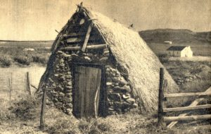 Figuur 1. 'n Plaasstoor met 'n vurkondersteunde-nokpaalkonstruksie, Noll's Halt, Langkloof, distrik Uniondale, Suid-Kaap. (Foto en skets deur James Walton). Uit: Lantern 11(1), July-September 1961, p. 14.