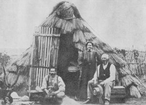 Figuur 2. Hartbeeshuis (wigvormige dakhuis) in Brits Oos-Afrika, ca. 1908. Uit: B. Maie, Voortrekkerslewe in donker Afrika. Twede druk. J.H. de Bussy, Beperk, (Kaapstad, 1928), teenoor p. 134.