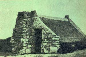 Figuur 3.  'n Ontwikkelde kapstylhuis met ongelaagde ruklipmure, vrystaande gewels en projekterende vuurherd, Vermaaklikheid, Distrik Riversdal, Suid-Kaap. (Foto deur James Walton). Uit: Lantern 11(1), July-September 1961, p. 9.