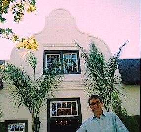 Ulrich Froese, eienaar van Kleinbos, in 2002 voor die plaaswoning afgeneem. Foto: Marthinus van Bart