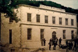 Die Gedenkschool der Hugenote in 1883 by voltooiing afgeneem deur James Gribble van die Paarl.