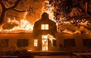 Die plaashuis van De Kleyne Bos (Kleinbos) in Dal Josafat word in die nag van 9 op 10 Januarie deur 'n vlammesee verswelg. Foto: Justin Sullivan